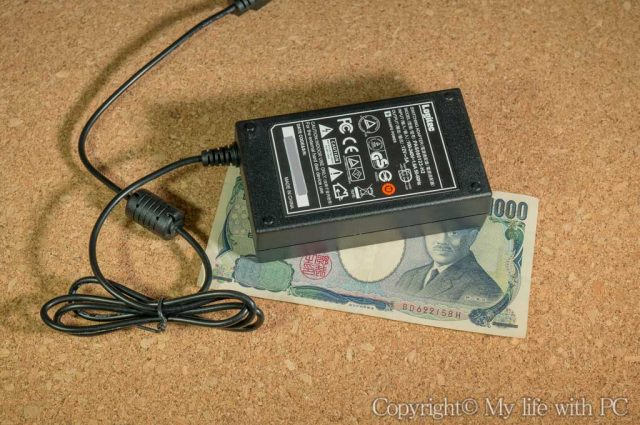 ACアダプタと千円札の大きさを比較